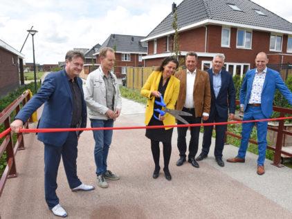Ooms - Wethouder Van Langen Knipt Lint Door Bij Fiets-voetgangersbrug In Bloesemgaerde
