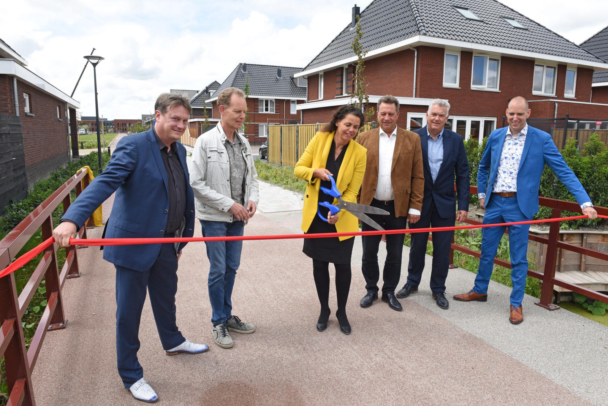 Wethouder Van Langen Knipt Lint Door Bij Fiets-voetgangersbrug In Bloesemgaerde